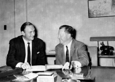 Guillett y Arcazer de la Cummins de México, conversando en una oficina