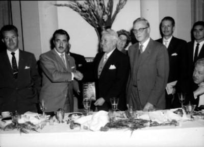 Miembros del Club Reforma de Monterrey, entregando un reconocimiento a otro en un banquete