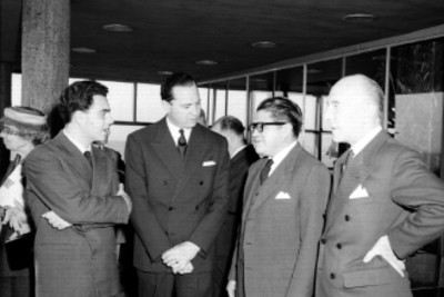 Nabor Castillo Flores conversando con miembros de la embajada Italiana en el interior de un edificio