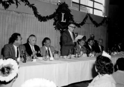 Orador durante la comida de navidad de los laboratorios grossman en un salón