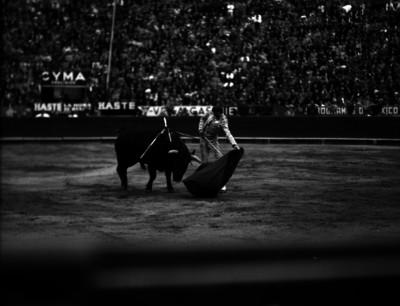 Manolete ejecuta un pase de muleta durante una corrida de toros