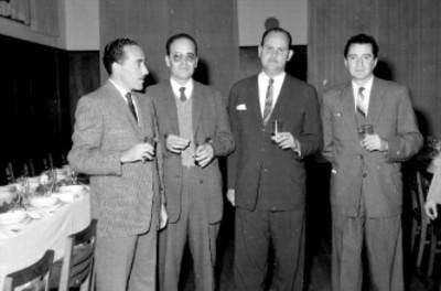 Empresarios conversando durante un banquete de General Electric en el Club Suizo
