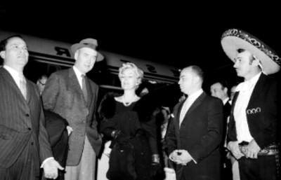 Jorge Negrete con actores extranjeros en el aeropuerto, retrato