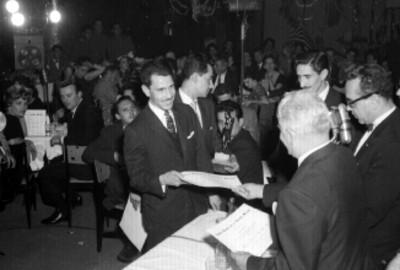 Abel Cano hace entrega de diploma a un actor durante una ceremonia de reconocimiento a la Radio y Televisión