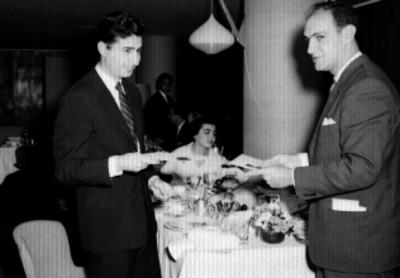 Empresarios observando sus diplomas durante un banquete del C.I.P.