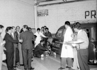 Mecánico automotriz dando una desmostración de trabajo, durante la inauguración de los talleres Peugeot