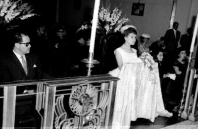 Quinceañera y gente en una Iglesia, durante una musa en su honor