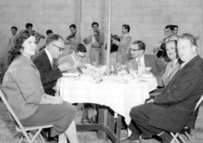 Empresarios y mujer en una comida con mariachis en los jardines de la empresa Tecnocreto S.A.