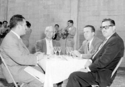 Empresarios y mariachi durante una comida en los jardines de la empresa Tecnocreto S.A.