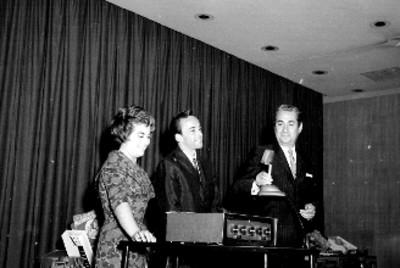 Ejecutivo haciendo uso de la palabra durante la entrega de premios de la General Electric en un auditorio