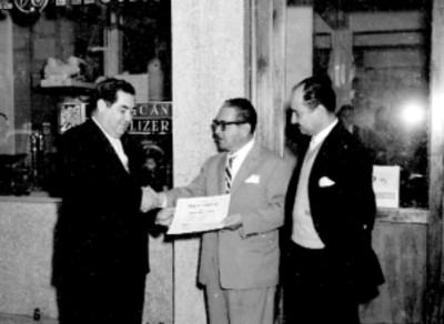 Jesús Garcia Gómez recibiendo un diploma durante un reconocimiento a la línea médica de la General Electric