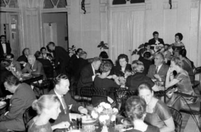 Ejecutivos de los Laboratorios Pfizer conviviendo en la cena en el University Club