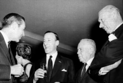 Salinas conversando con otros empresarios en la inauguración de las instalaciones de la KLM