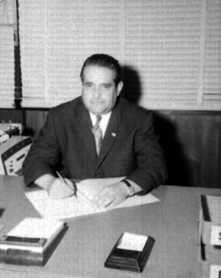 Empleado de General Electric en una oficina, retrato