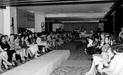 Mujeres en un desfile de modas durante el aniversario del salón Dubarry en el Hotel Presidente