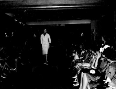 Desfile de modas en el aniversario del salón Dubarry en el Hotel Presidente, retrato