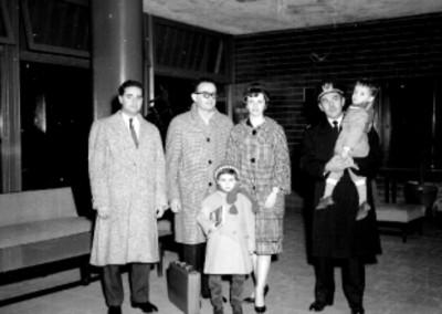 Piloto aviador de la KLM y su familia en una sala de espera del aeropuerto, retrato de grupo