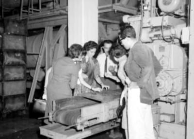 Ejecutivos observando proceso industrial en la Cigarrera El Águila
