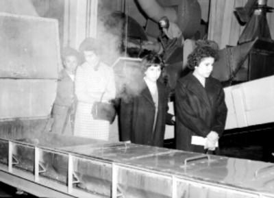 Trabajadoras de la Cigarrera El Águila observan los procesos de fabricación en la planta industrial