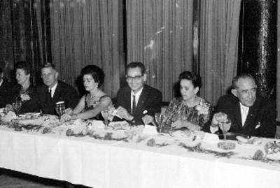 Ejecutivos y mujeres de la cigarrera El Águila durante un banquete