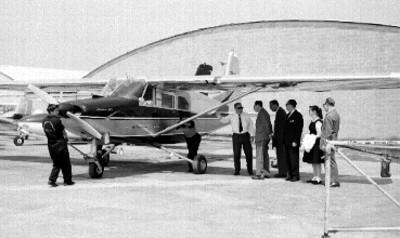 Embajadores de Brasil y Guatemala observando avión Caba 60 El Mexicano