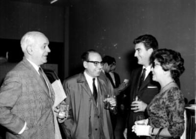 Gente conversando, durante la inauguración de Tlalnepantla Motors
