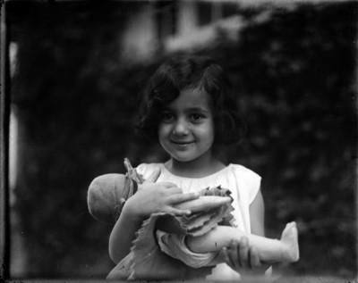 Niña Familiar de Gabriel Márquez en el patio de su casa