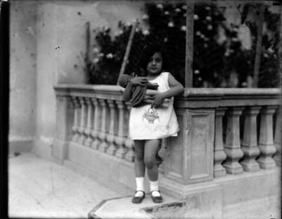Niña Familiar de Gabriel Márquez en el pasillo de su casa