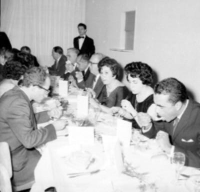 Empleados y empresarios conviviendo en le banquete de la planta Acer Méx