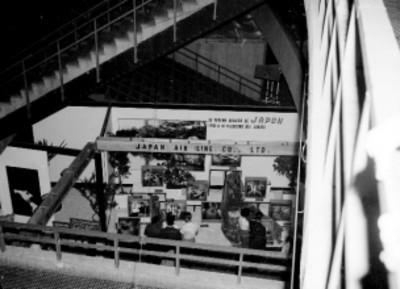 Gente visitando el stand de Japan Air Line Co. LTD, durante la feria japonesa