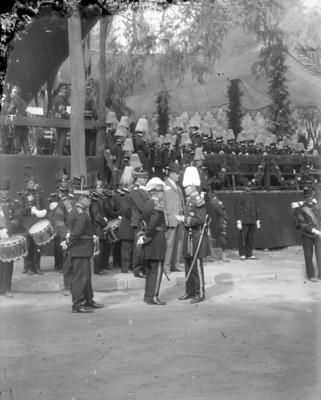 Banda de guerra y miembros del ejercito durante una ceremonia militar
