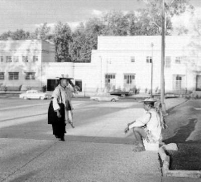 Chamula Tzotzil sentado en una avenida en compañía de otro