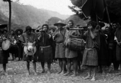 Músicos zinacantecos tzotziles tocando durante una ceremonia en un poblado de los Altos de Chiapas