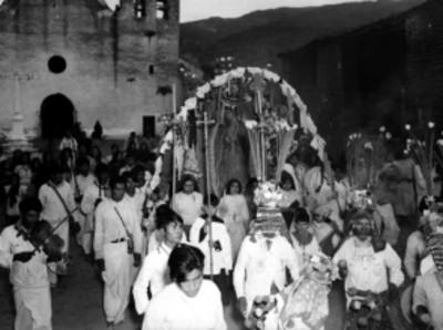 Indígenas y monaguillos durante una procesión en una comunidad