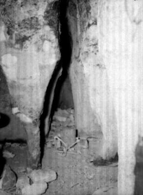Huesos humanos hallados en una tumba de tipo prehispánico