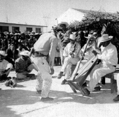 Bailarin Yaqui ejecutando la danza del venado en una plaza pública