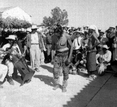 Bailarines Yaquis ejecutando la danza del venado en una plaza pública