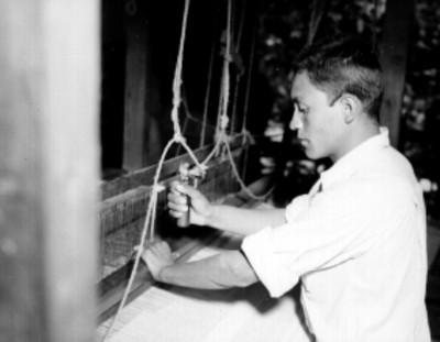Hombre operando un telar en un taller textil