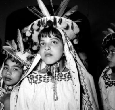 Niñas con trajes huicholes, retrato