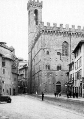 Gente frente a un edificio con torre en la plaza de San Marcos en Venecia