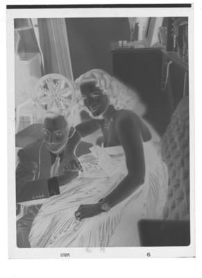María Félix abrazando a Jorge Negrete en la sala de su casa