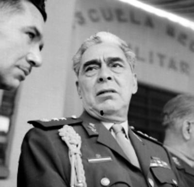José Gómez Huerta, General conversando con un individuo en un acto en la Escuela México Militar