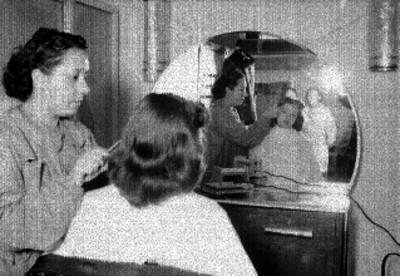 Susana Guizar al ser peinada por una maquillista