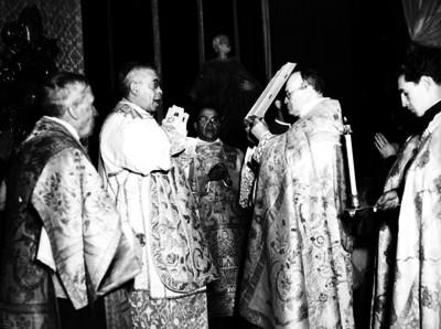 Luis María Martínez, arzobispo de México leyendo la biblia en el transcurso de una ceremonia