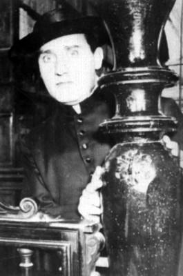 Actor vestido de sacerdote sosteniendose de una columna, retrato