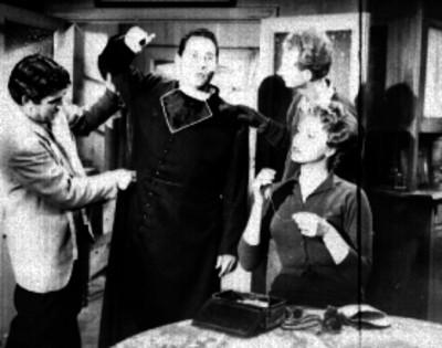Sastres midiendo una sotana a un actor