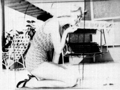 Actriz en traje de baño maquillándose en la terraza de un edificio