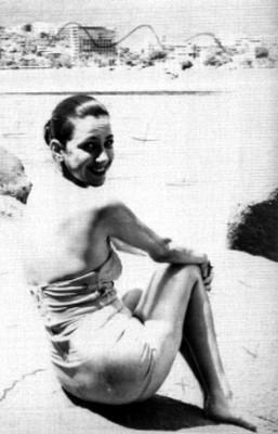 Actriz con traje de baño en una playa, retrato