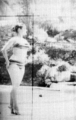 Modelo en traje de baño posando a la orilla de una alberca, retrato