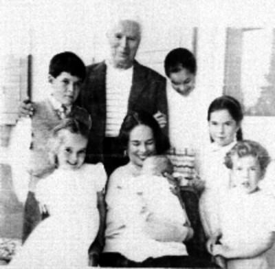 Productor de cine con su familia en una sala, retrato de grupo